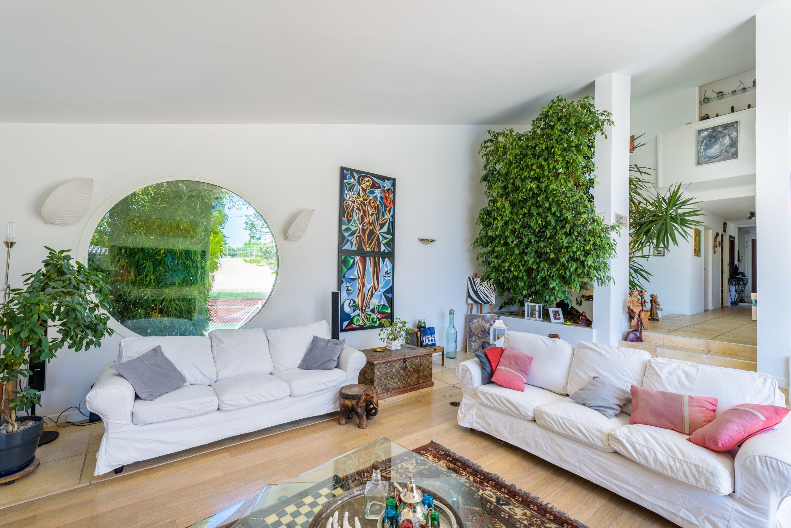 photo-couleur-grand salon-maison-de-luxe-dans-lherault-photographe-immobilier-christelle-labrande-gard-herault