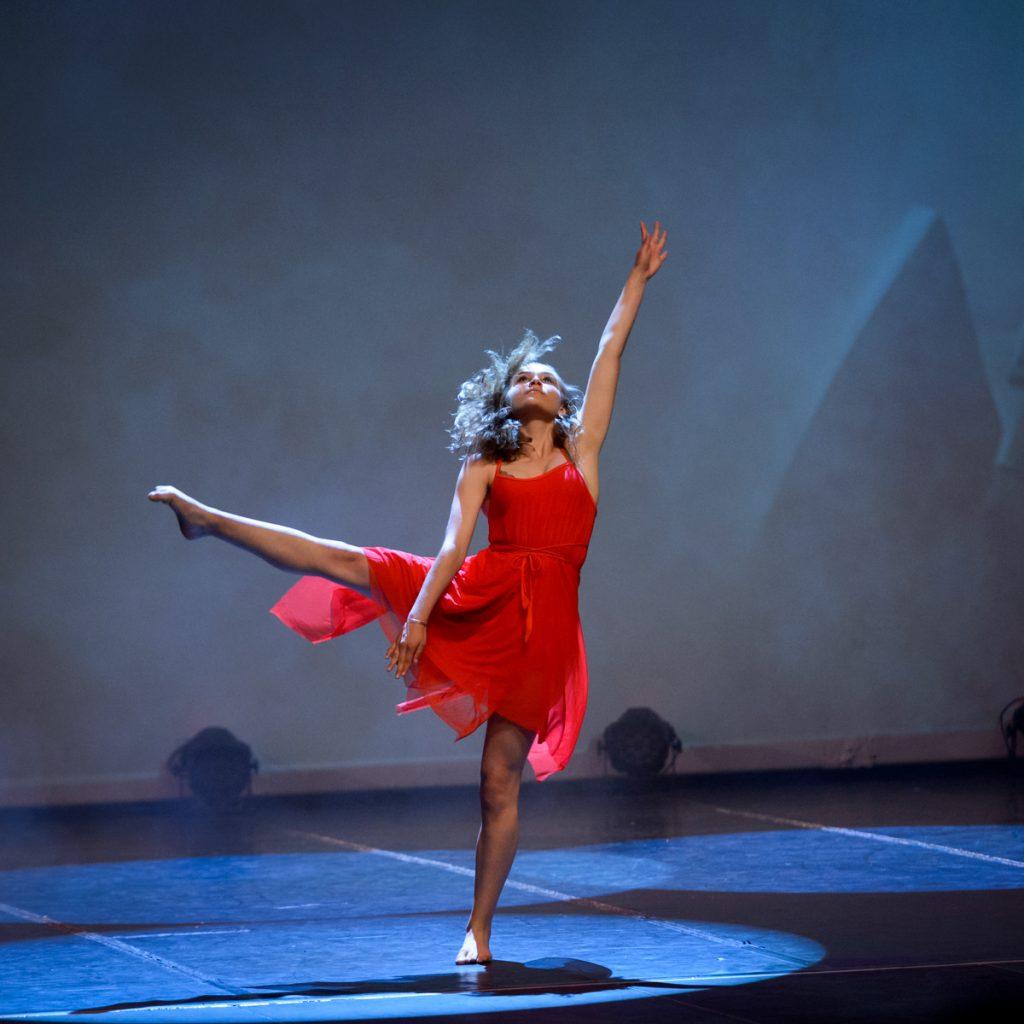 danseuse-robe-rouge-gala-danse-tango-chic-couleur-eclairages-spectacle-christelle-labrande-photographe-herault-gard-ecole-danse-choreart-pasino-la-grande-motte