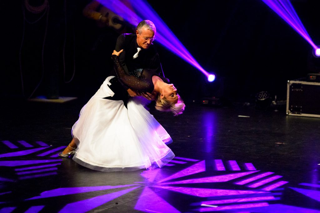 couple-gala-danse-tango-chic-couleur-eclairages-spectacle-christelle-labrande-photographe-herault-gard