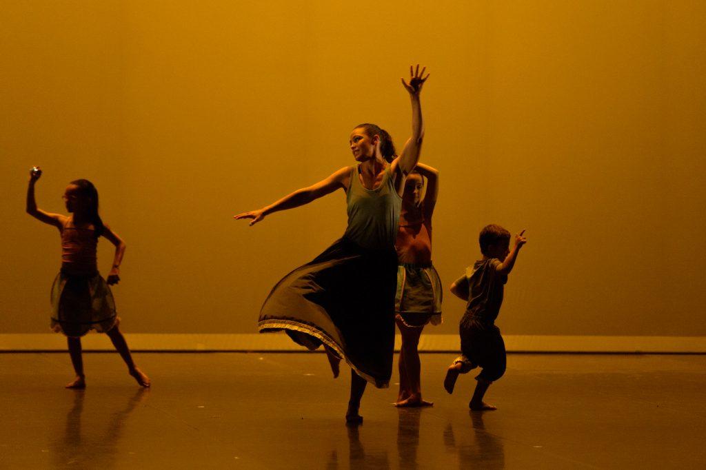 photo-de-christelle-labrande-photographe-gard-groupe-danseuse-nimes-theatre-bernadette-lafont-costume-noir-et-blanc