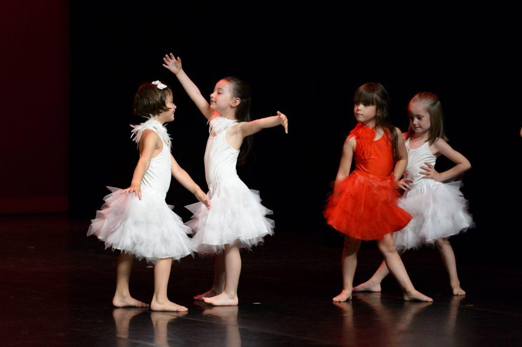 photo-de-christelle-labrande-photographe-gard-groupe-danseuse-gala-eve-lopez-tendanse-nimes-theatre-bernadette-lafont-costume-noir-et-blanc