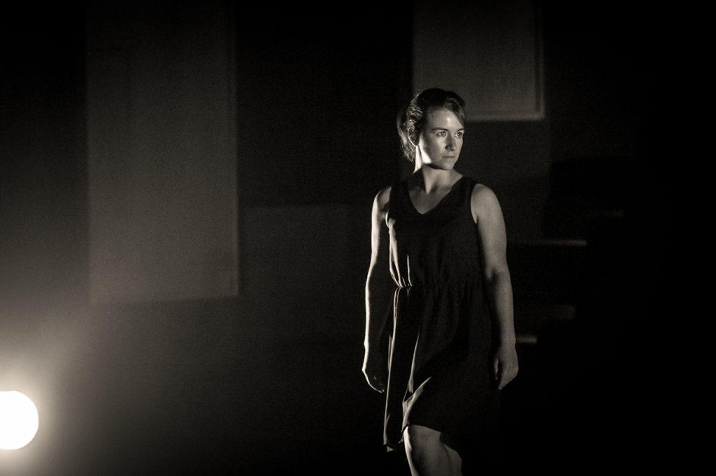 femme-deguisement-photo-noir-et-blanc-theatre-comedie-drole-theatre-jean-pierre-cassel-grau-du-roiphotographe-christelle-labrande