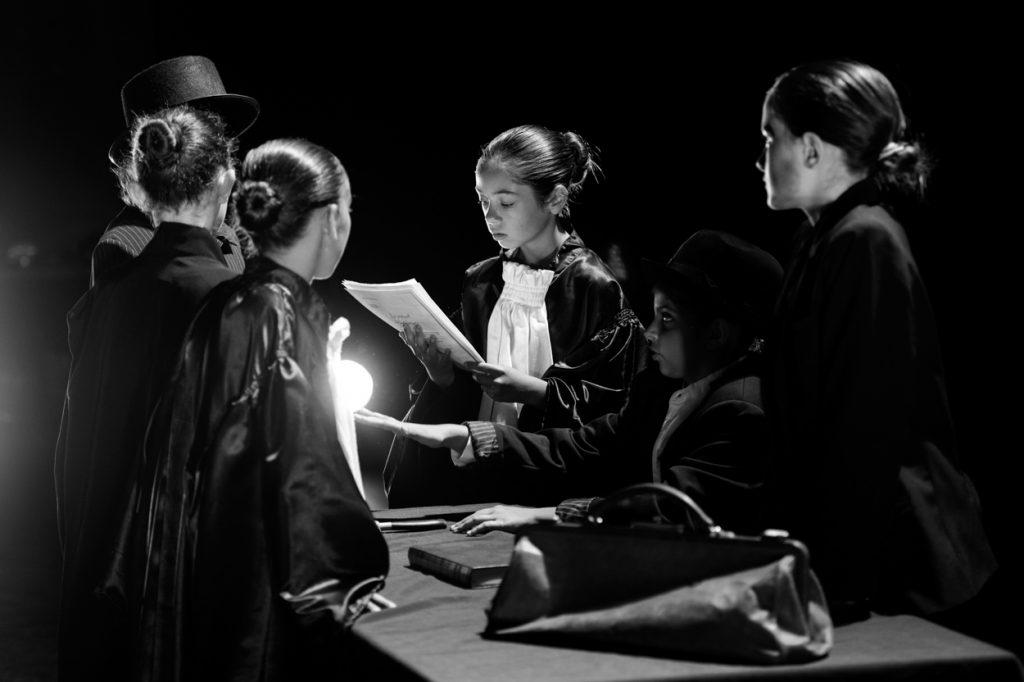 enfant-deguisement-photo-noir-et-blanc-theatre-comedie-drole-theatre-jean-pierre-cassel-grau-du-roiphotographe-christelle-labrande