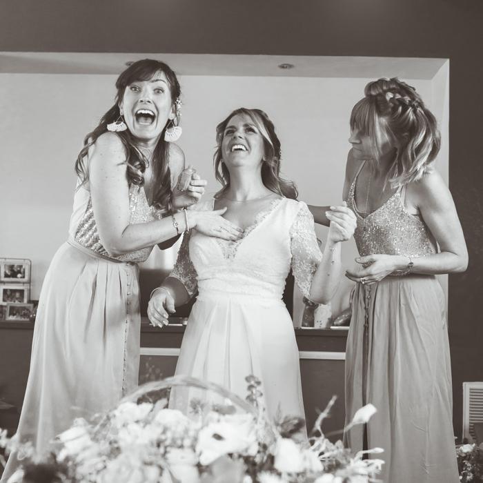 Les témoins et la mariée se préparent