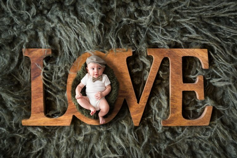 bébé-nouveau-né dans une sculpture en lettres love-sur une couverture verte-séance-photo-bébé-photographe-christelle-labrande-grau-du-roi-