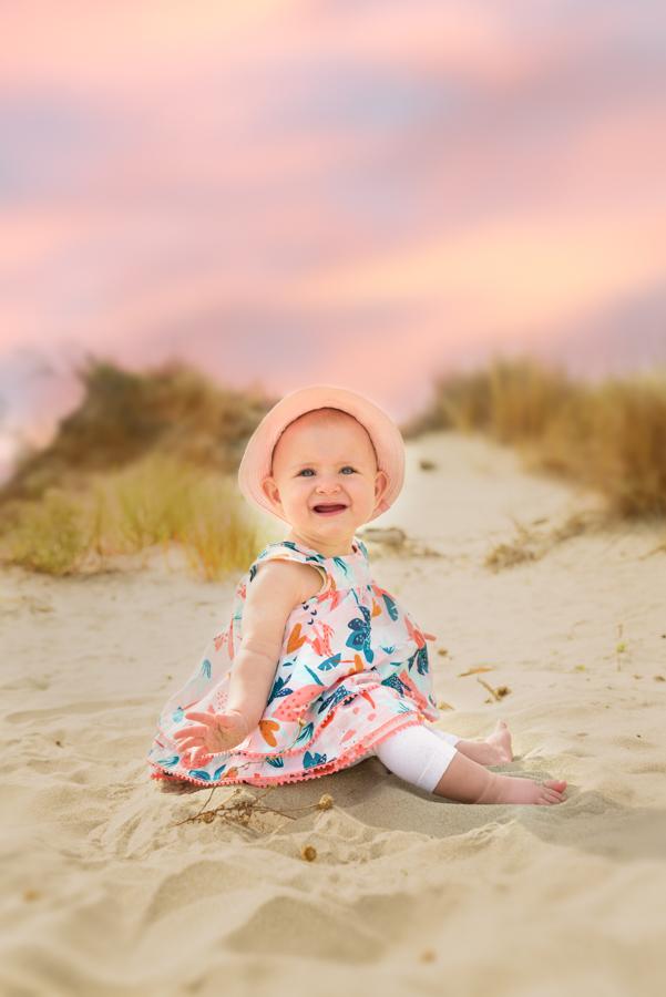 fille-chapeau-plage-espiguette-grau-du-roi-port-camargue-bebe-ciel-rose-photographe-grau-du-roi