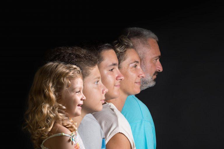 photo-couleur-profils-famille-pere-mere-garcons-fille-photographe-christelle-labrande