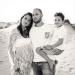 famille--noir-et-blanc-espiguette-seance-grossesse-photographe-christelle-labrande