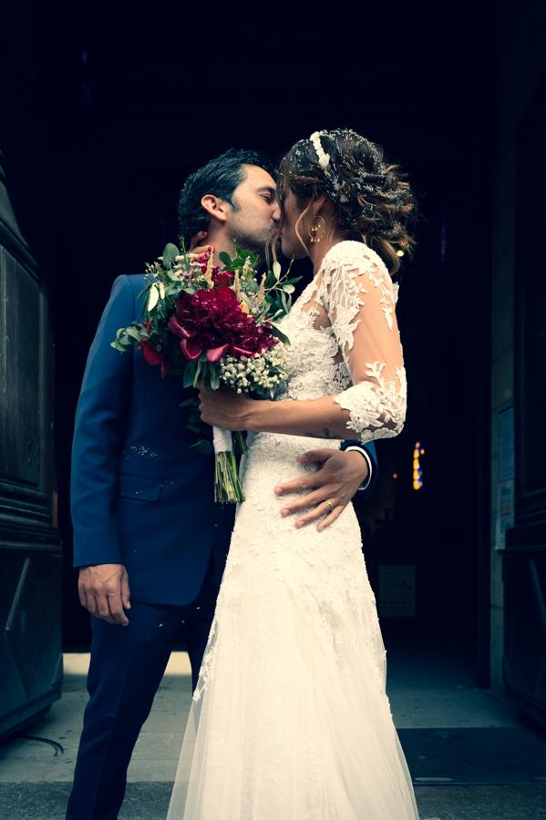 sortie-eglise-mariage-aigues-mortes-gard-portrait-marie-costume-christian-dior-mariee-robe-miss-vendome-photographe-gard-herault-christelle-labrande