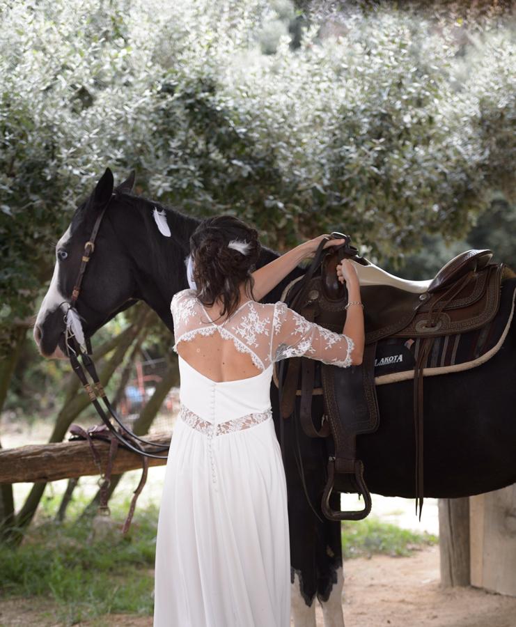 La-mariee-et-son-cheval-mariage-chevaux-domaine-mas-dieu-montarnaud-photographe-christelle-labrande