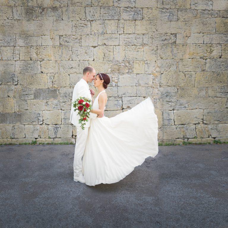 mariage-ales-couple-robe-de-mariee-qui-vole-costume-gard-saint-martin-de-vallgalgues-photographe-mariage-gard-grau-du-roi