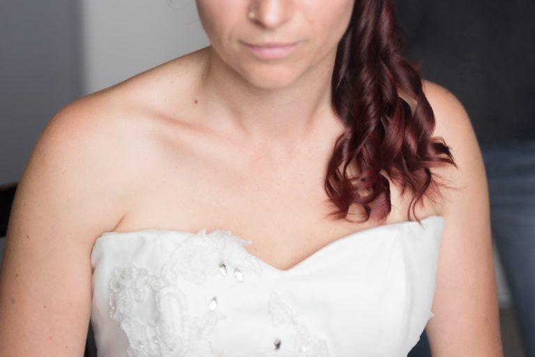 preparatif-de-la-mariee-cheveux-auburn-robe-de-mariee-decolette-mariage-grau-du-roi