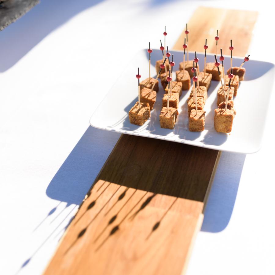 details-table-des-maries-photo-culinaire-mas-nouveau-pliage-serviette-en-forme-costume-cabiron-traiteur-chanteurs-las-vegas-wedding-mariage-mas-nouveau-genolhac-reception-photographe-herault-gard-christelle-labrande-