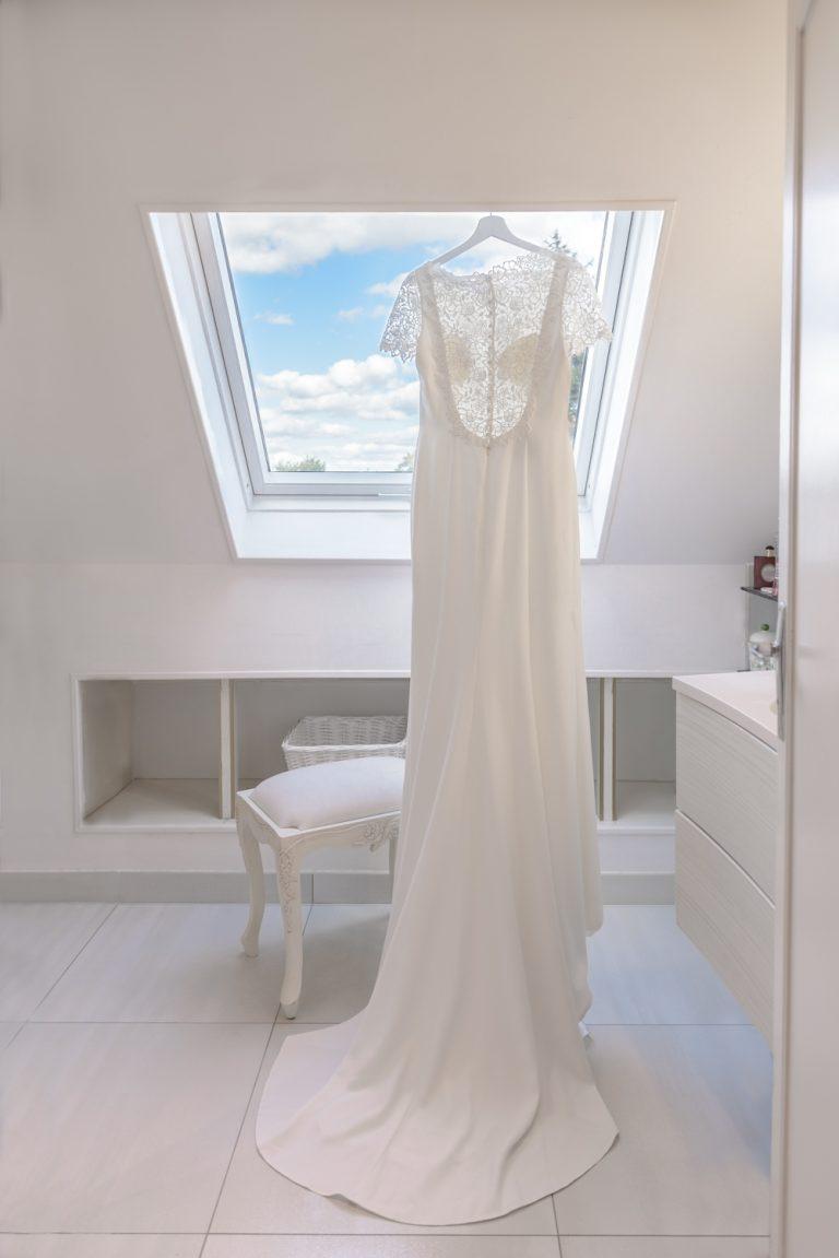 photo-couleur-mariage-normandie-robe-de-mariee-suspendue-salle-de-bain-ciel-bleu