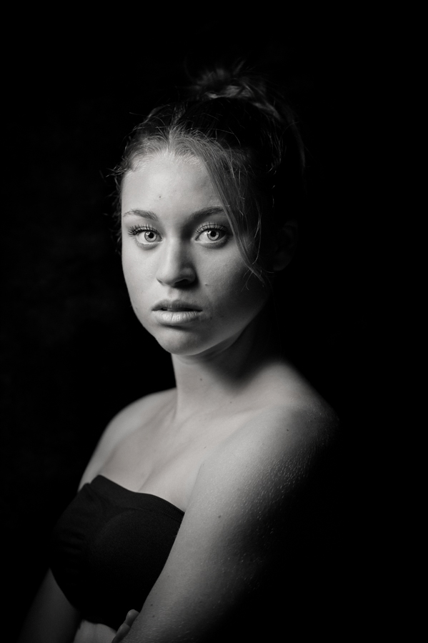 portrait-noir-et-blanc-jeune-fille-regard-percant-yeux-bleux-jeune-fille-a-la-perle-christelle-labrande-photographe
