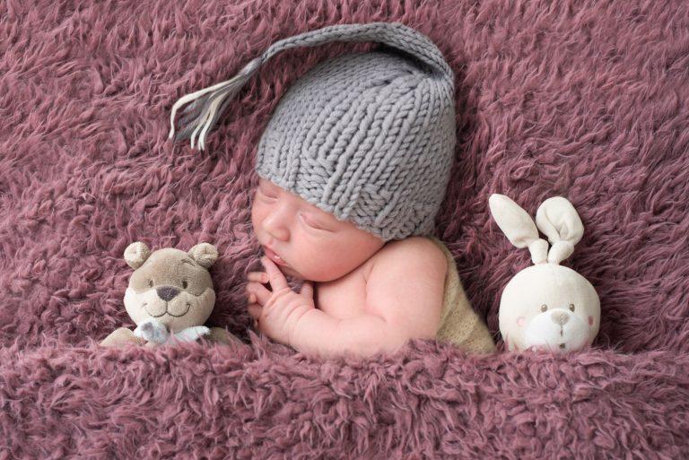 nouveau-né-bébé-garçon-bonnet-peluches-teddy-bear