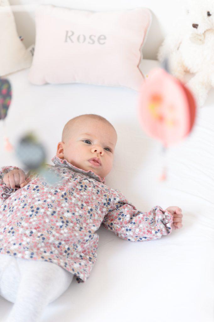 bebe-fille-berceau-chemisier-fleuri