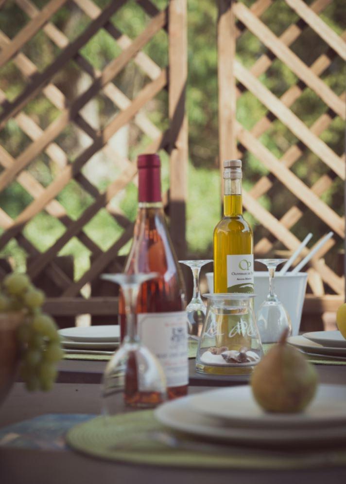 terrasse-tables-avec-vin-huile-olive-soleil-oliveraie-de-paul-gites-aigues-mortes-gard-camargue-photographe-christelle-labrande