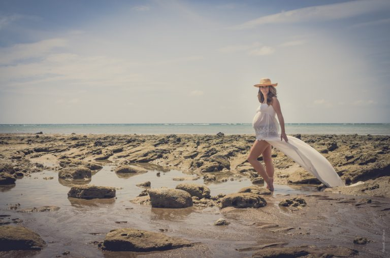 femme-enceinte-plage-robe-blanche-chapeau