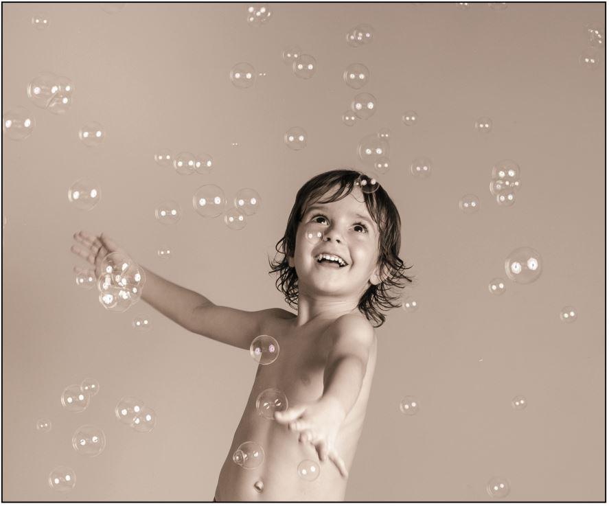 enfant-garcon-heureux-bulles-savon-noir-et-blanc-studio-photographe-christelle-labrande