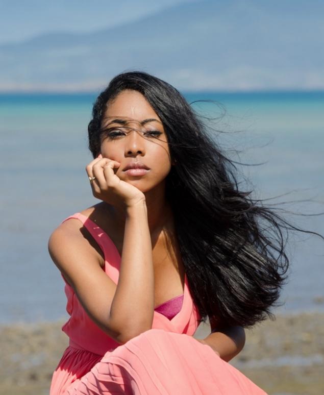 modele-femme-noire-metisse-robe-rose-mayotte