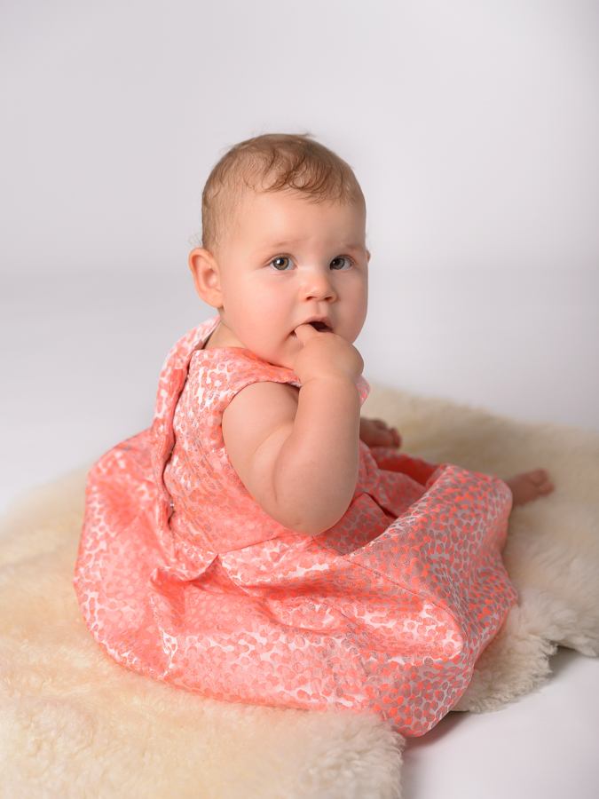 portrait-fille-neuf-mois-robe-rose-motifs-studio-photo-christelle-labrande-grau-du-roi-gard-herault