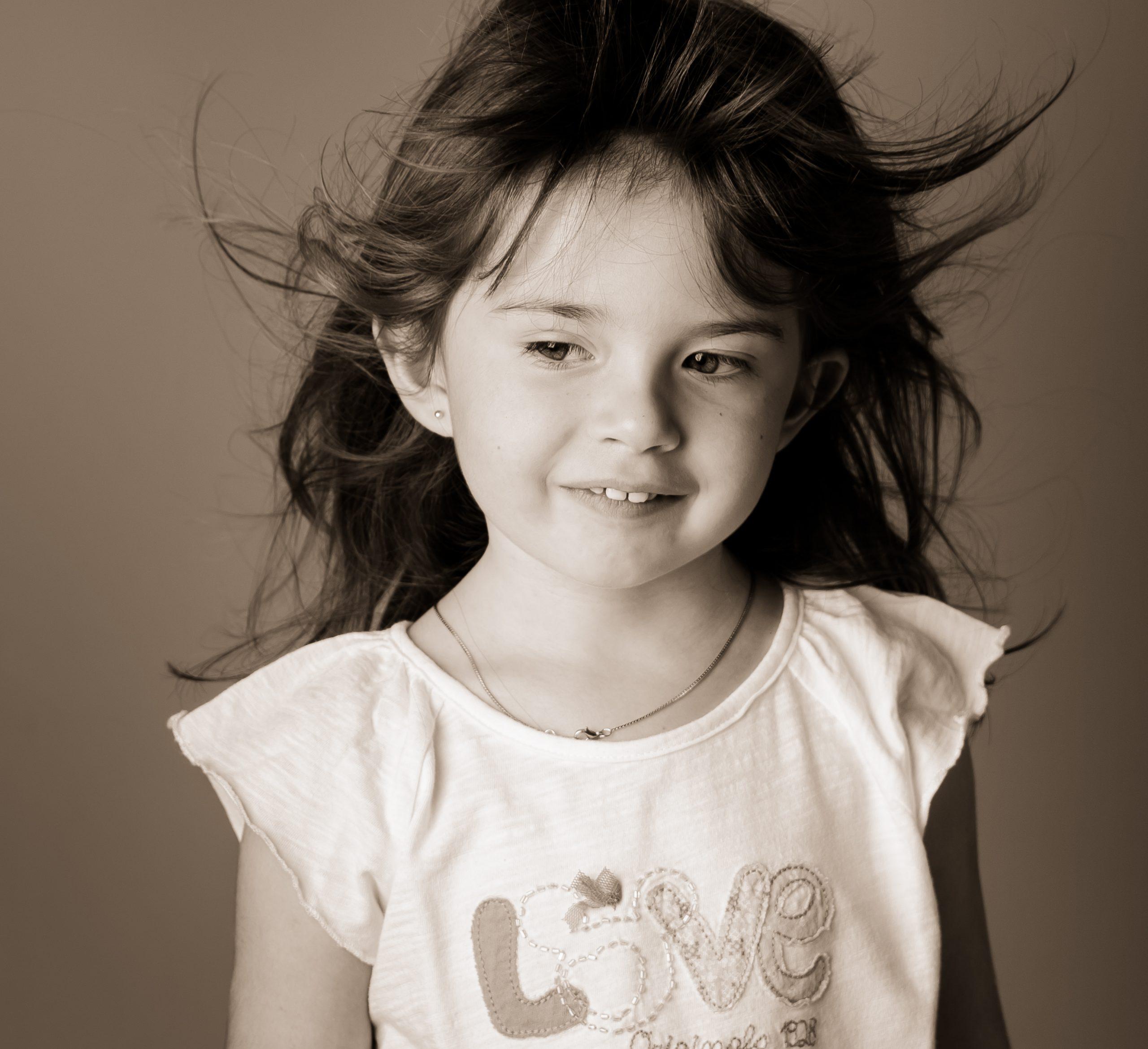 fille-quatre-ans-sourire-photo-sepia-cheveux-au-vent-photographe-lifestyle-gard-grau-du-roi-christelle-labrande