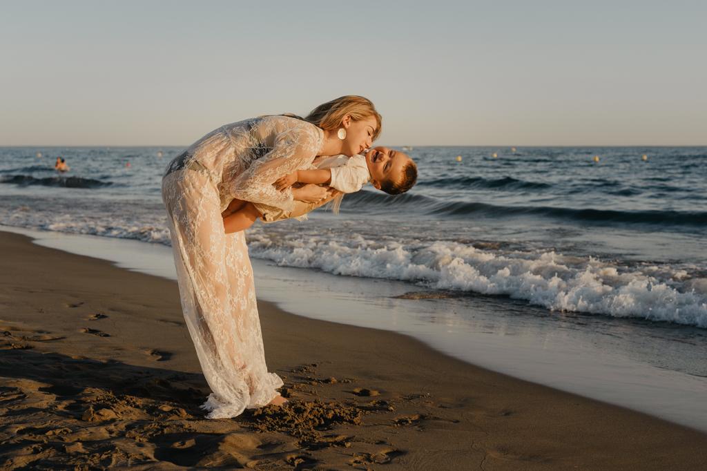 portraits-plage-famille-maman-garçon-espiguette-robe-dentelles-blonde-photographe-christelle-labrande-mer-grau-du-roi