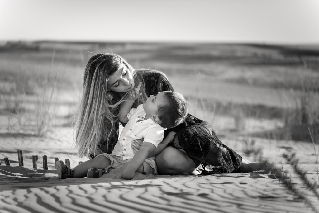 portrait-noir-et-blanc-garçon-maman-sable-bulles-savon-espiguette-port-camargue-famille-grau-du-roi-enfant-photographe-christelle-labrande