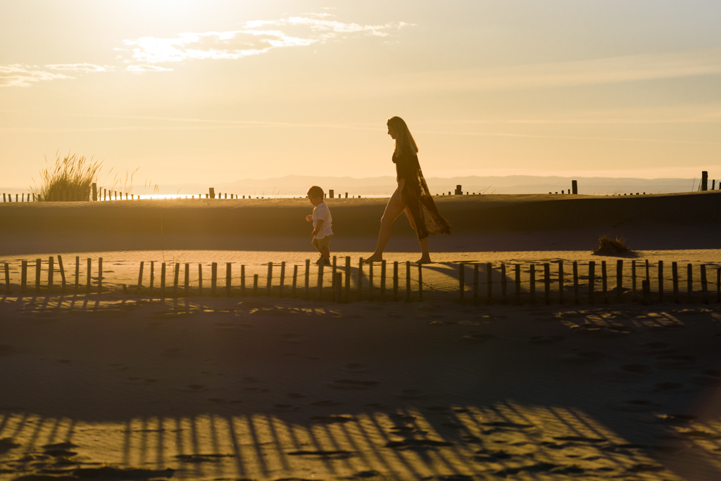 portraits-plage-contre-jour-sunset-coucher-du-soleil-famille-maman-garçon-espiguette-robe-dentelles-blonde-photographe-christelle-labrande-mer-grau-du-roi