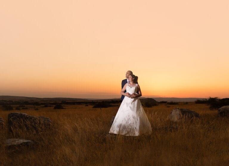 couple-sunset-coucher-soleil-larzac-jas du camper-mariage-millau-photographe-aveyron-gard