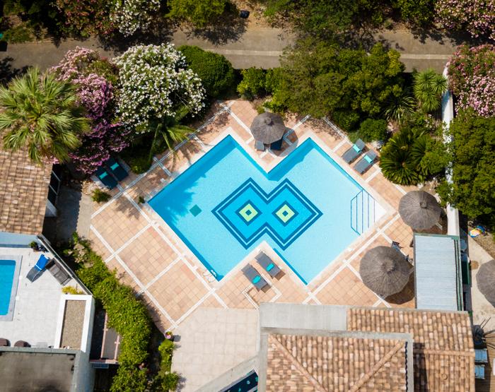 vue drone piscine villa turquoise aigues mortes-photographe christelle labrande-photographe immobilier gard