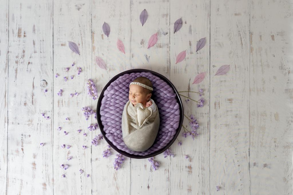 photo-couleur-bebe-panier-fleurs-glycines-plancher-blanc-photographe-grau du roi