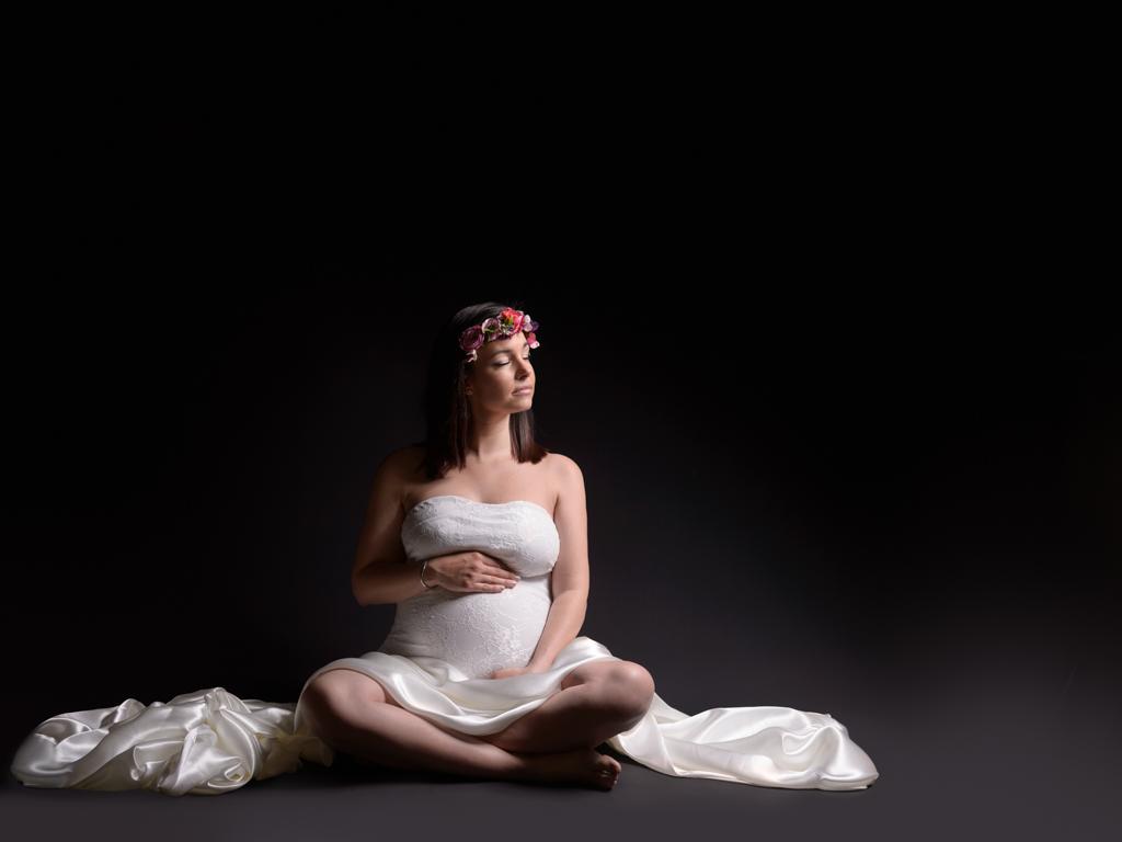 femme-enceinte-asise-couronne-fleurs-dans-les-cheveux-photo-studio-couleur-body-dentelles-satin-blanc-femme-brune-photographe-grau-du-roi-christelle-labrande