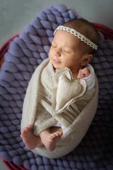 photo-bebe-panier-sourire-bandeau-coeur-tissus-diademe-nouveau-ne-emmaillotage-photographe-studio-christelle-labrande-gard-herault