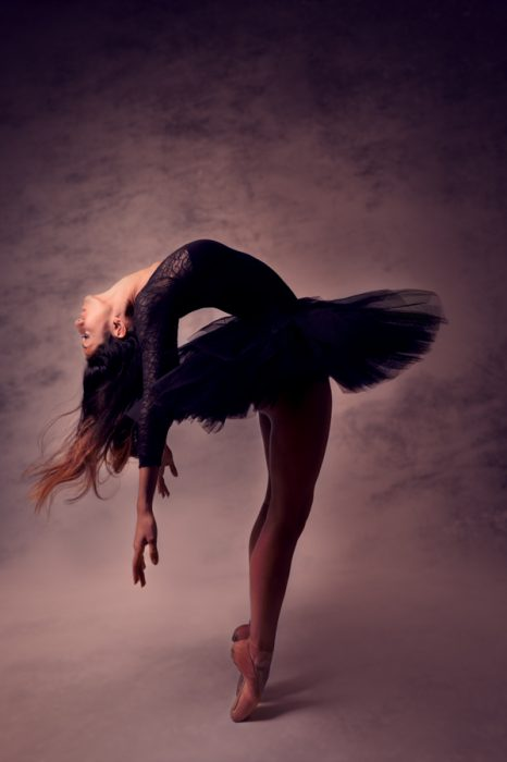 danseuse-acrobatie-arriere-studio-photo-christelle-labrande-grau-du-roi-tutu-noir-chaussons-de-danse