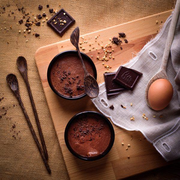 photo-studio-culinaire-grau-du-roi-mousse-au-chocolat-pistaches-cuillere-bois-oeuf-christelle-labrande